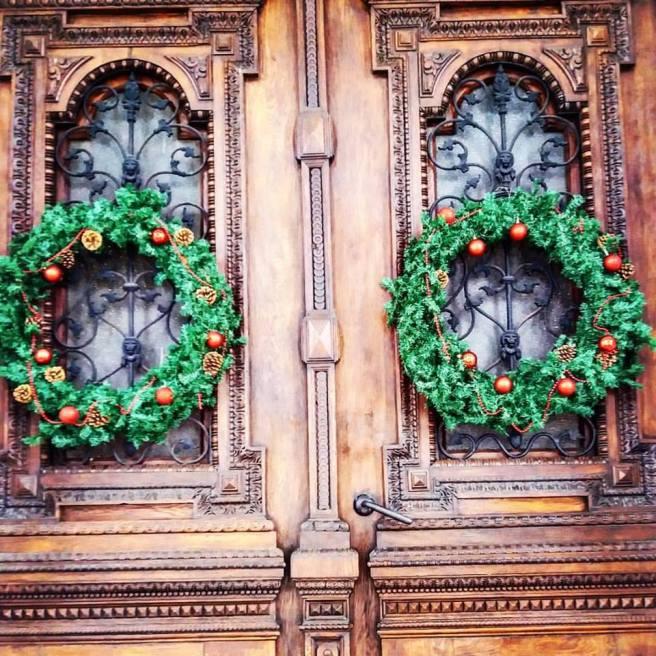 Coronițe pe ușa Primăriei Arad