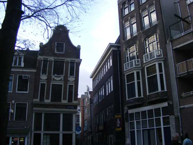 amsterdam-casa-inclinata