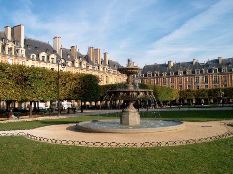 Paris, Place des Vosges. Sursa foto