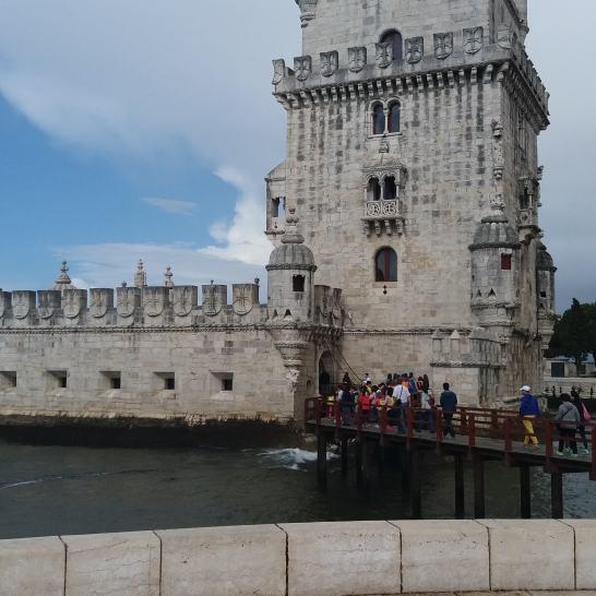 Turnul Belem se iveste din mare, pardon din estuar