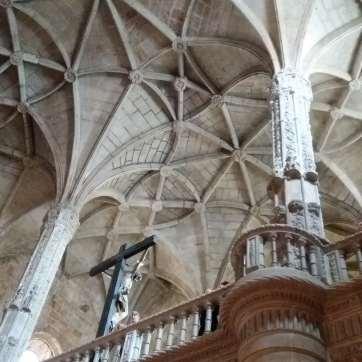 Coloane în formă de arbori urcă spre tavanul ca o pânză de păianjen