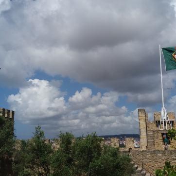 Nori negri deasupra castelului