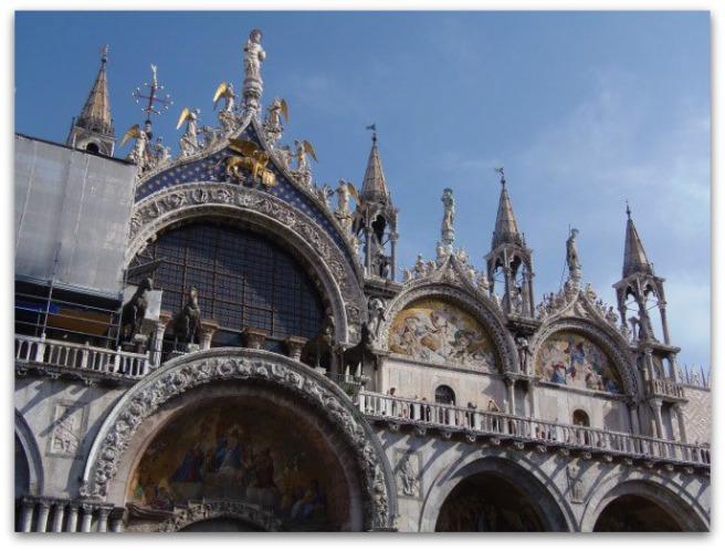 Deasupra intrării în bazilică pot fi văzuți cei patru cai