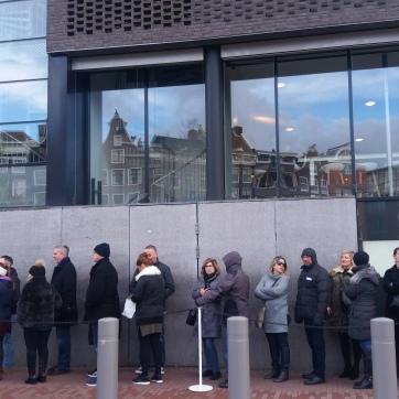 Coada de vizitatori la Casa Anne Frank din Amsterdam